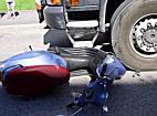 Moped kommt unter Lastwagen