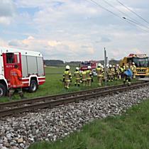 Lokalbahn-Garnitur rammt Pkw in Anthering