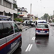 Verkehrsunfall Münchner Bundesstraße: Geldtransporter beim Abbiegen abgeschossen!