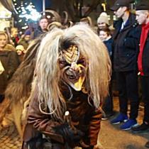 Krampuslauf der Alt Gnigler Krampusse am Weihnachtsmarkt Mirabell