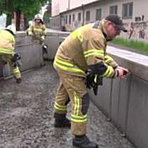 Übung: Berufsfeuerwehr und Freiwillige Feuerwehr bauen Hochwasserschutz auf