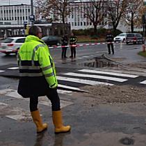 Massiver Wasserrohrbruch setzt Alpenstraße unter Wasser