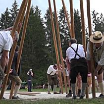 Maibaumaufstellen im Freilichtmuseum Großgmain