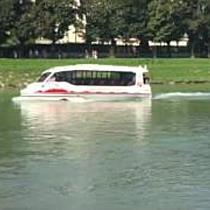 Amphibienbus geht in Salzburg erstmals zu Wasser