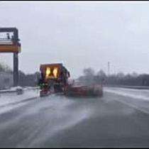 Glatteis sorgt für Unfälle in Salzburg - Autobahnmeisterei im Einsatz