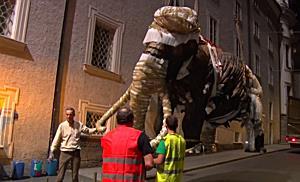 Ein Mammut fliegt über das Haus der Natur