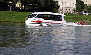 Jungfernfahrt des ersten Amphibienbus in der Salzach