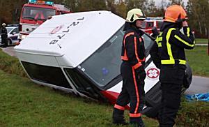 Sternhofweg: Transporter kippt in Graben