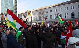 Kurden demonstrieren gegen die Bombardierung seitens der Türkei