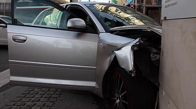 Lenker kracht nach Kollision in Hausmauer: Verletzt
