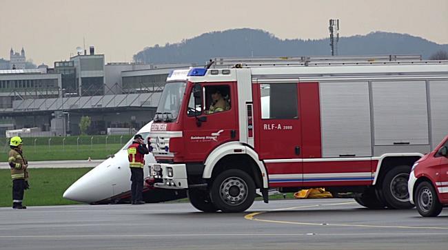 Salzburg Airport: Flugzeugfahrwerk knickt nach Rücklandung ein
